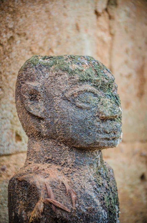 Antyczne wudu fetysza rzeźby używać w ten tradycyjnej Afrykańskiej wiarze lokalnym fetysza księdzem obrazy royalty free