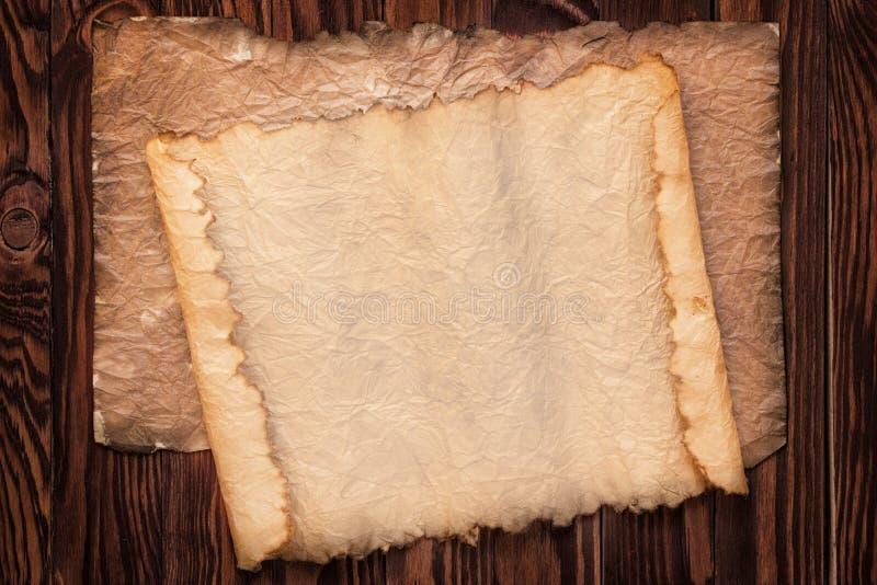 Antycznego ślimacznicy tła drewniany stół, tekstura stary papier i w, obrazy royalty free