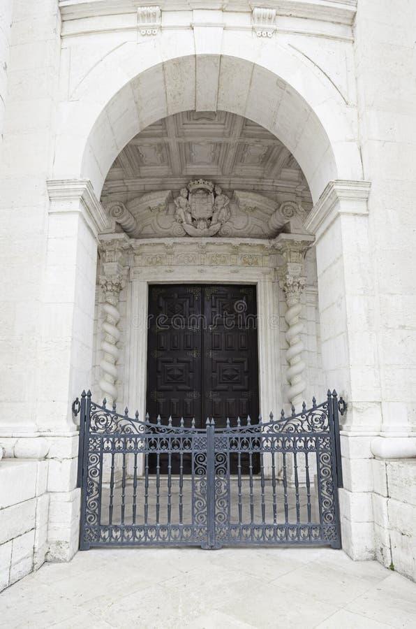 Antycznego kamienia łękowaty i drewniany drzwi zdjęcie stock