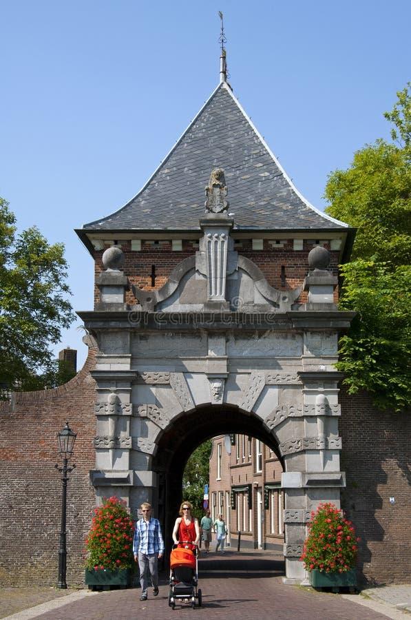 Antycznego miasta brama Veerpoort i chodząca rodzina fotografia royalty free