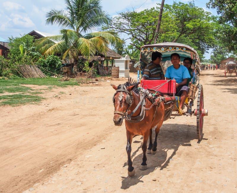 Antycznego miasta wycieczka turysyczna końskim frachtem, Mandalay, Myanmar 1 obraz royalty free