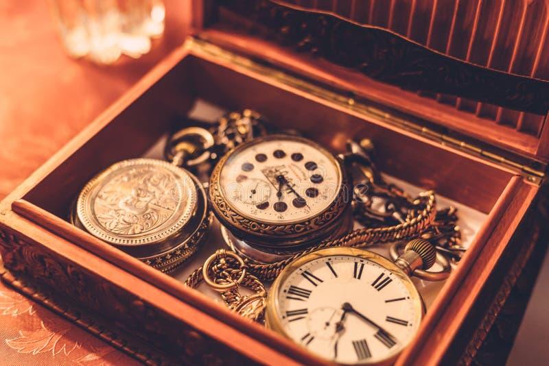 Antycznego rocznika kieszeniowy zegarek lub zegar w drewnianym pudełku obrazy stock