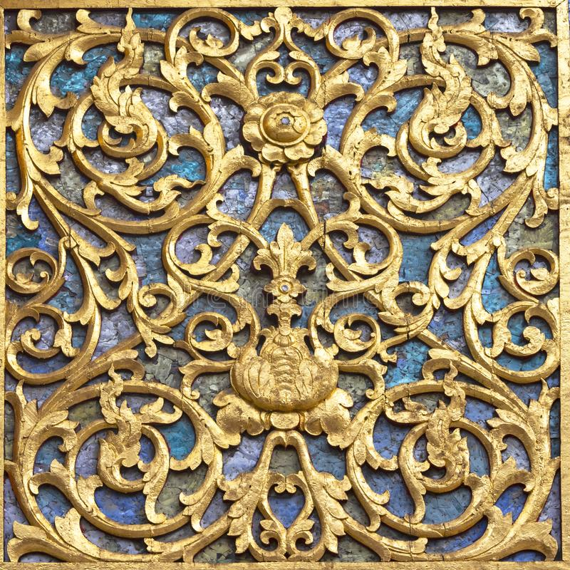 Antycznego złotego cyzelowania drewniany drzwi i ściana Tajlandzka świątynia Tajlandia I ścienny lub drzwiowy pałac zdjęcia stock