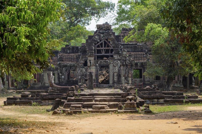 Antycznej świątyni widok blisko Angkor Wat, Siem Przeprowadza żniwa, Kambodża Świątynna bramy ruina w greenery fotografia stock