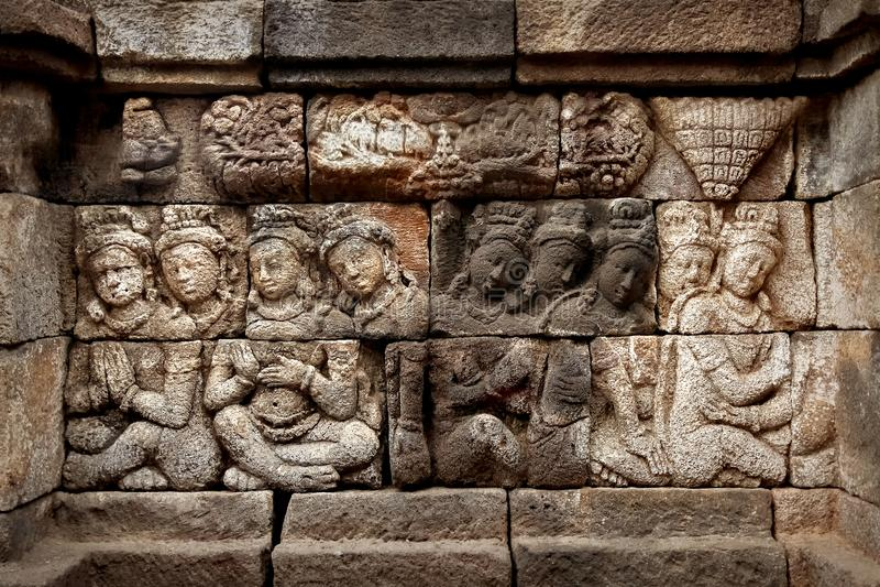 Antyczni bareliefy na ścianach Borobudur świątynia Indonezja zdjęcie royalty free