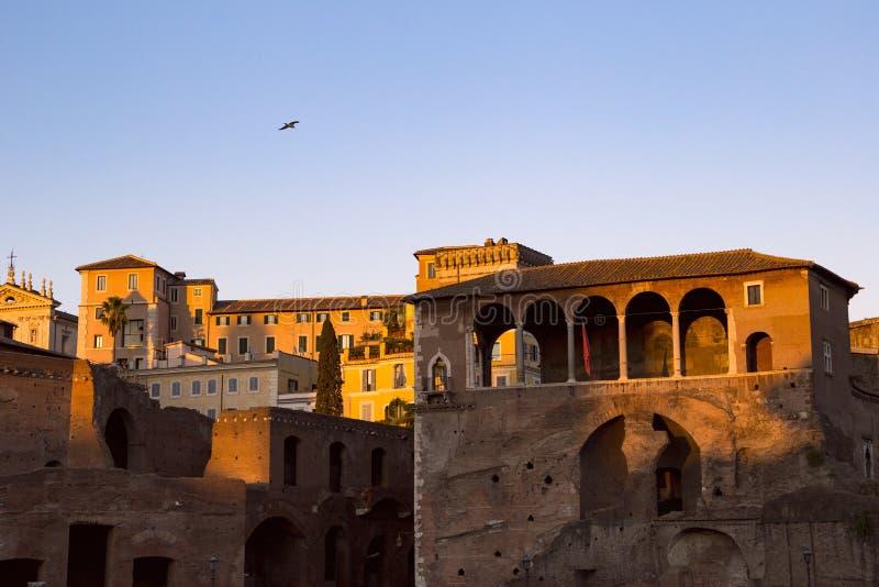 Antyczni budynki w Rzym iluminowali zmierzchem zdjęcia stock