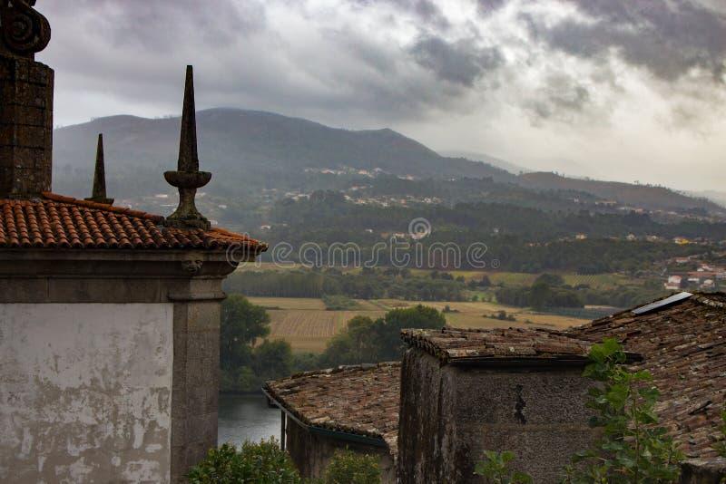 Antyczni budynki z steeples na rzecznym Minho deponują pieniądze Odgórny Provence widok w Tui, Hiszpania Średniowieczny architekt fotografia stock