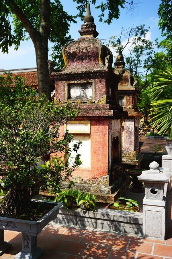 Antyczni ceglani i kamienni stupas przy Buddyjską świątynią blisko Hanoi, Wietnam zdjęcia royalty free