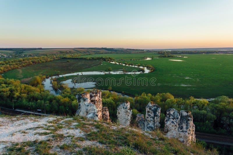 Antyczni Cretaceous słupy - szczątki antyczny morze Wieczór w rezerwie Divnogorye, Voronezh region, Rosja obrazy royalty free