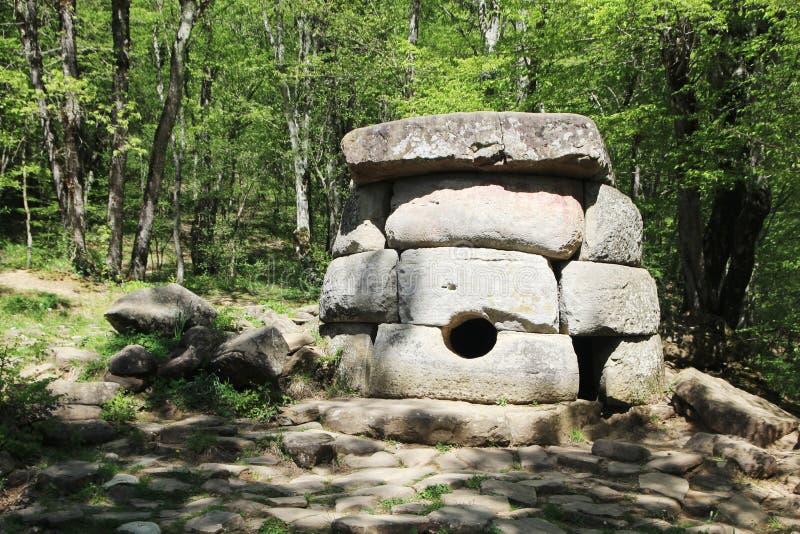 Antyczni dolmeny w Janet rzecznej dolinie, Rosja, Gelendzhik zdjęcie stock