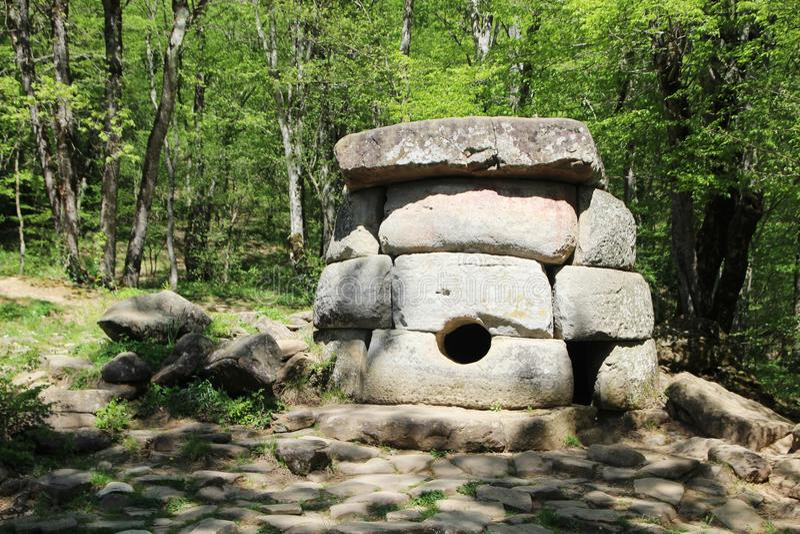 Antyczni dolmeny w Janet rzecznej dolinie, Rosja, Gelendzhik zdjęcia stock