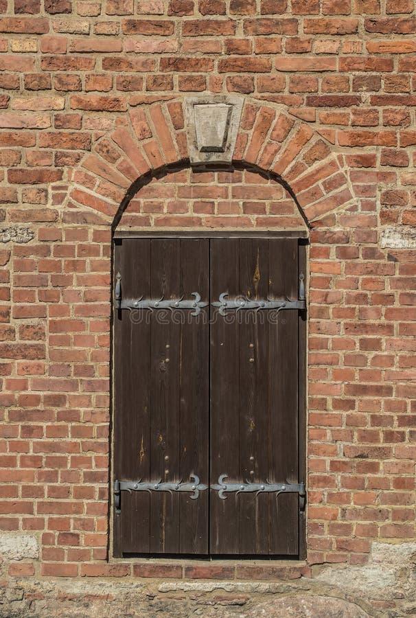 Antyczni drewniani drzwi na ściana z cegieł obrazy royalty free
