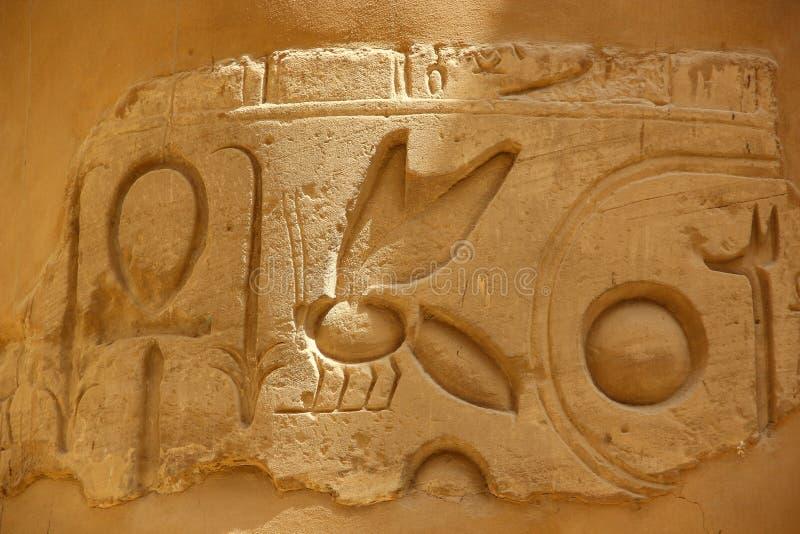 Antyczni Egipscy hieroglify rzeźbiący na kamieniu Dach Karnak świątynia zdjęcie stock