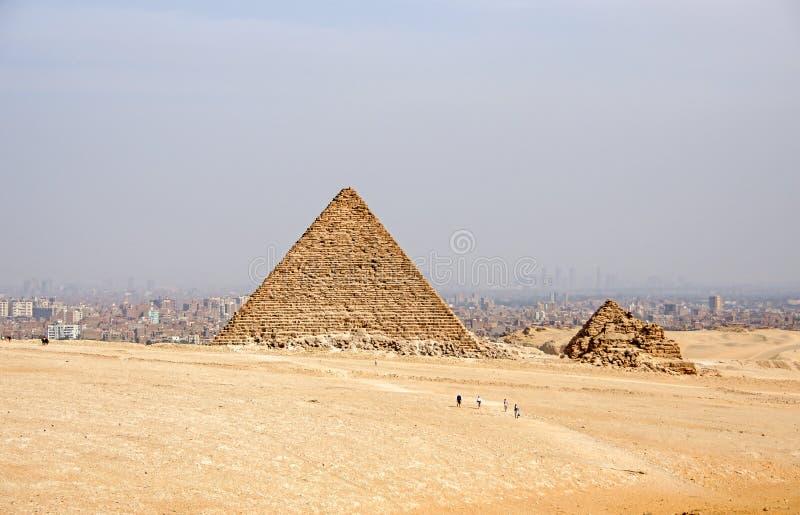 Antyczni Egipscy ostrosłupy Giza przeciw piaskowatemu niebu obrazy stock