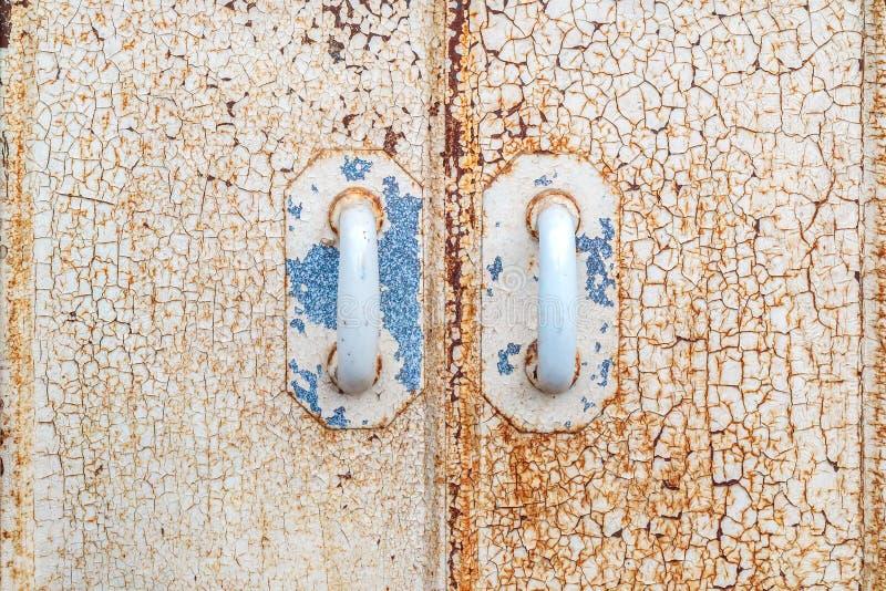 Antyczni gabinetowi drzwi z wietrzejącą krakingową farbą zdjęcia stock