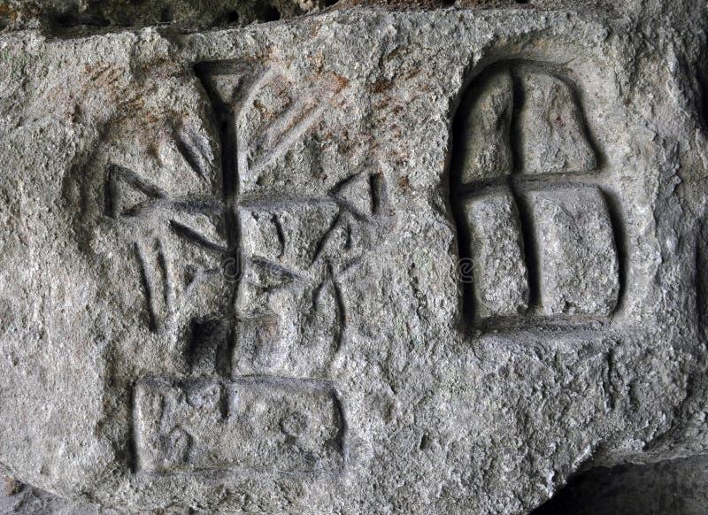 Antyczni Germańscy runes na ścianie jama obraz royalty free