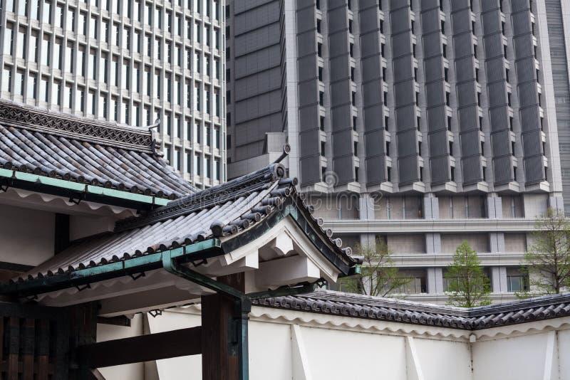 Antyczni Japońscy dachówkowi dachy przeciw nowożytnym drapaczom chmur są w centrum Tokio miasto, Japonia obrazy royalty free