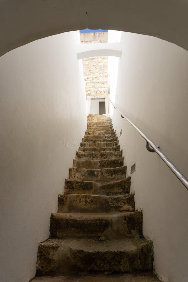 Antyczni kroki do kościelny wierza w Faro Portugalia obraz royalty free