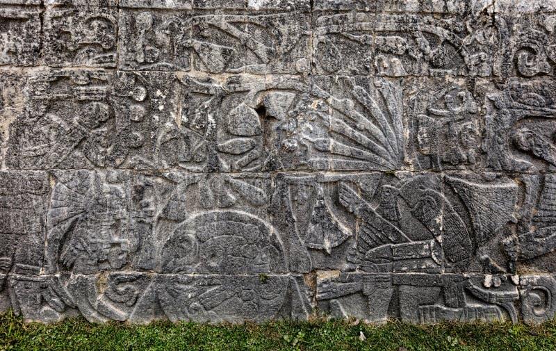 Antyczni Majscy cyzelowania przy Wielkim piłka sądem w Chichen Itza zdjęcie stock