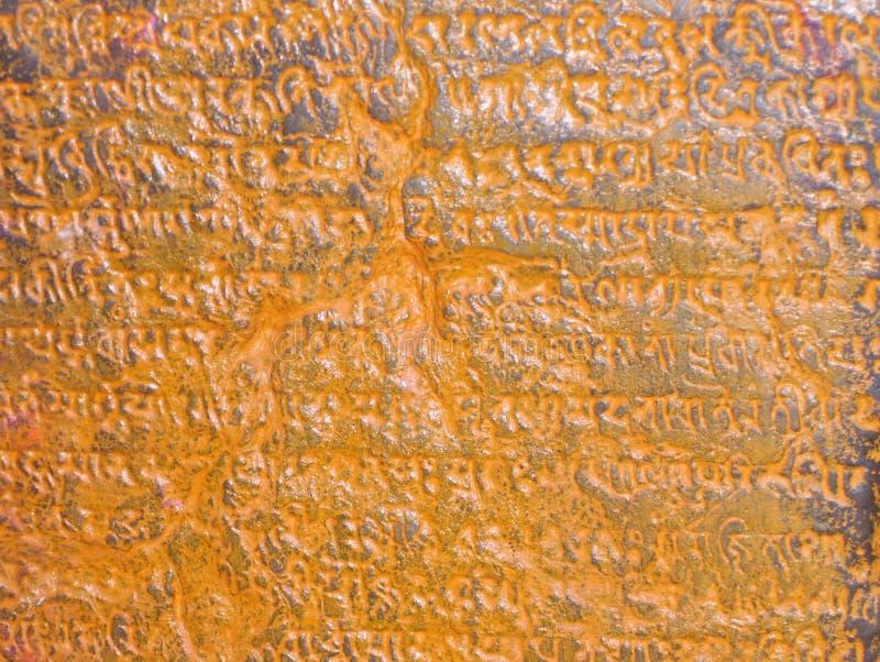Antyczni Vedic teksty w sanskrycie wpisującym na kamiennych ścianach zdjęcia royalty free
