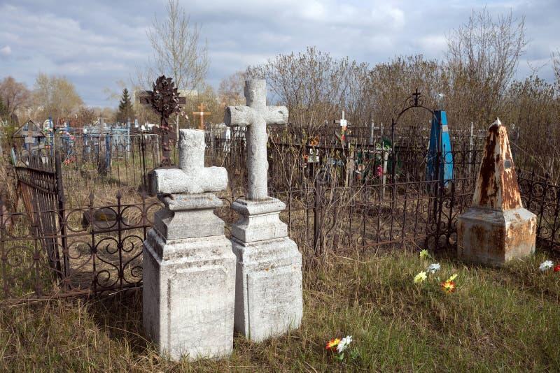 Antyczni zabytki z krzyżami wśród grób przy starym Troitsk cmentarzem 1842 w mieście Krasnoyarsk, w wiośnie fotografia royalty free