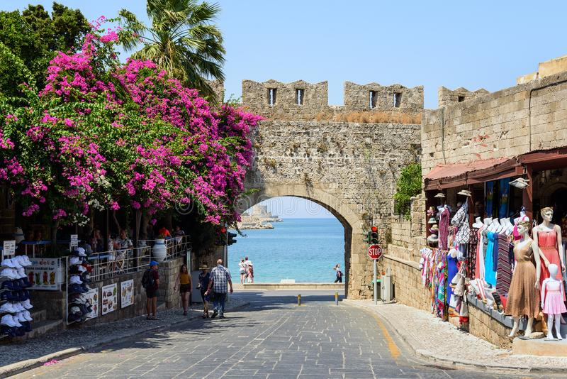 Antyczny łuk w starej ścianie Rhodes miasteczko z purpurowym bougainvillea kwitnie w Rhodes miasteczku na Rhodes wyspie, Grecja zdjęcia stock