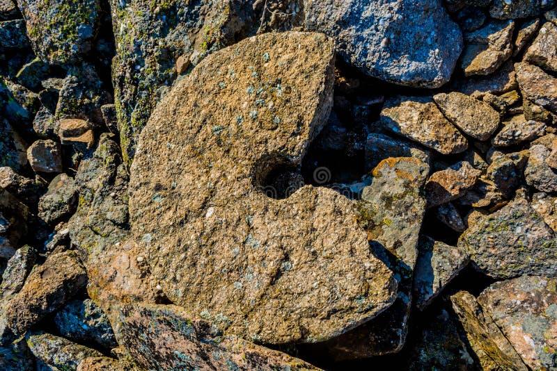 Antyczny łup i millstone obraz stock