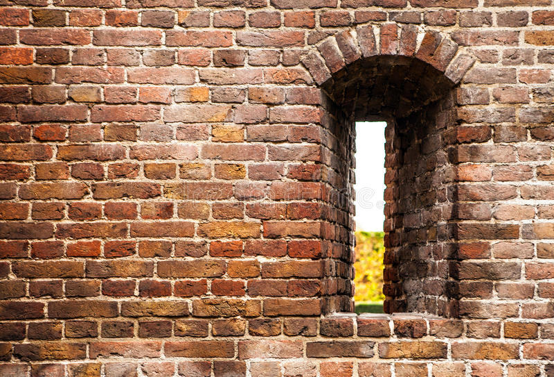 Antyczny ściana z cegieł kasztel z luką jako tło obraz royalty free