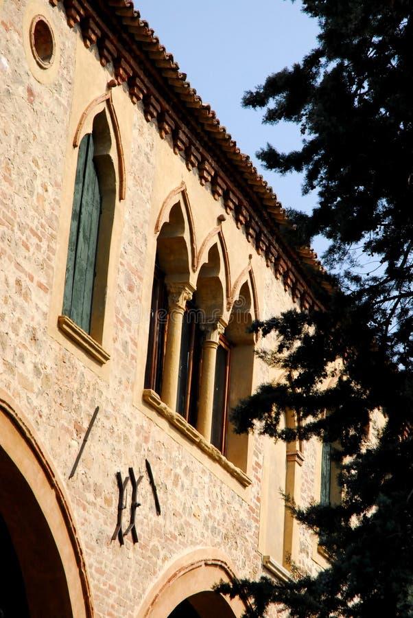 Antyczny średniowieczny budynek lokalizować blisko katedry ArquàPetrarca Veneto Włochy fotografia stock