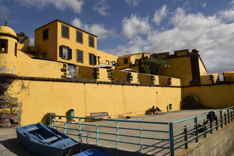 Antyczny żółty forteca Sao Tiago z swój kąpanie platformami w Atlantyckiego ocean obraz royalty free
