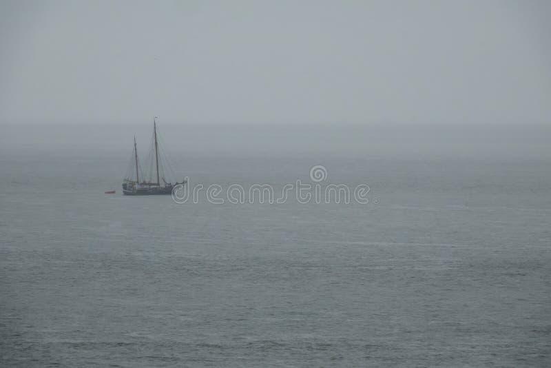 Antyczny żeglowanie statek w morzu w chmurnej mgłowej pogodzie fotografia royalty free
