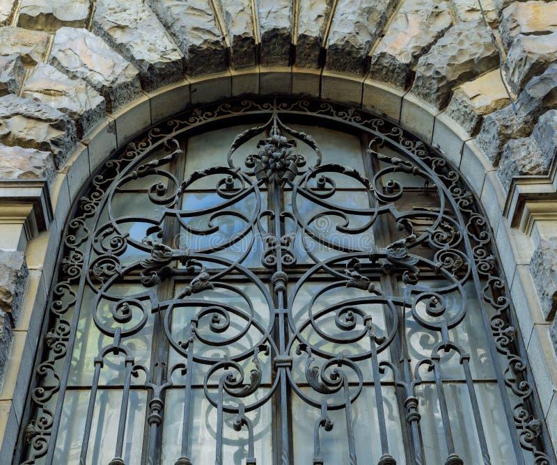 Antyczny żelaza grille, dekoracyjny ochrona element Stary grille na okno stary dom z pięknym ceglanym wa zdjęcia royalty free