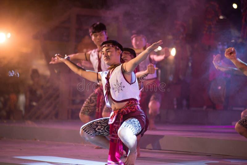 Antyczny boksu taniec jest Northeastern tradycyjnym Tajlandzkim tanem w uczestnikach bierze udział w świętowaniu Tajlandia turyst zdjęcia stock