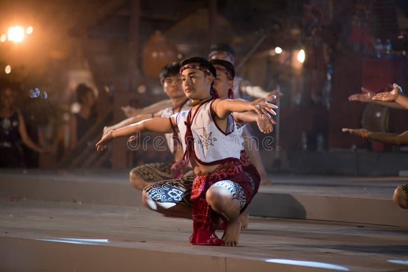 Antyczny boksu taniec jest Northeastern tradycyjnym Tajlandzkim tanem w uczestnikach bierze udział w świętowaniu Tajlandia turyst obrazy stock