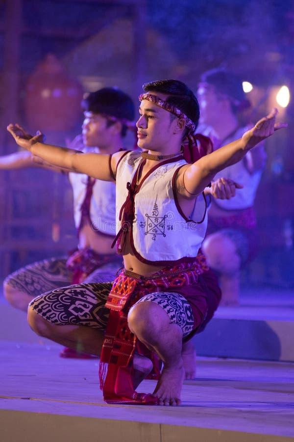 Antyczny boksu taniec jest Northeastern tradycyjnym Tajlandzkim tanem w uczestnikach bierze udział w świętowaniu Tajlandia turyst obraz stock
