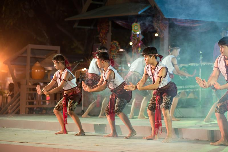 Antyczny boksu taniec jest Northeastern tradycyjnym Tajlandzkim tanem w uczestnikach bierze udział w świętowaniu Tajlandia turyst obraz royalty free