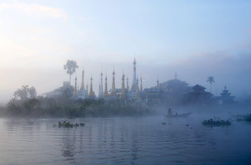 Antyczny buddhists monaster na Inle jeziorze, Myanmar zdjęcia royalty free