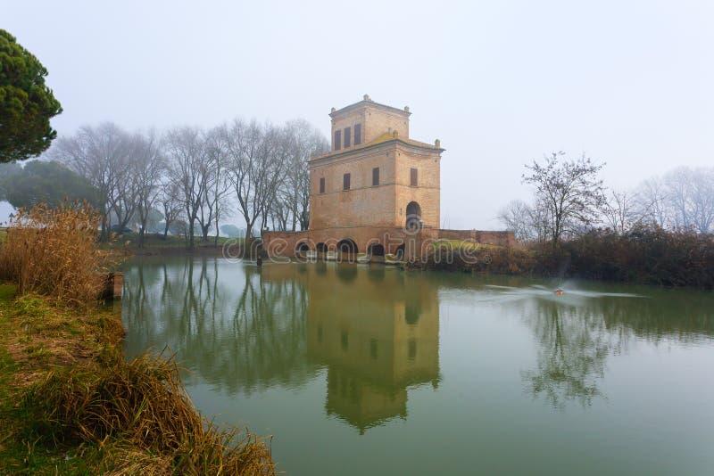 Antyczny budynek od Po rzecznej laguny, Włochy obraz royalty free