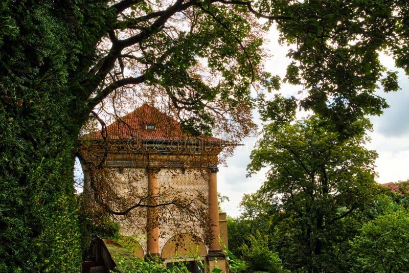 Antyczny budynek w zielonej naturze zdjęcia royalty free