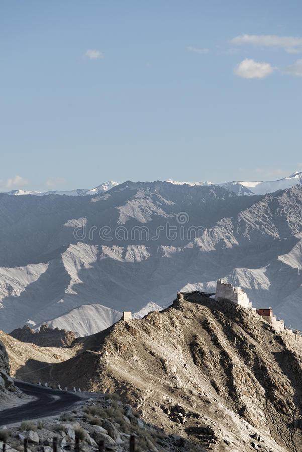 Antyczny casttle na falezie wśród wysokich gór i chylenie drogi obrazy royalty free