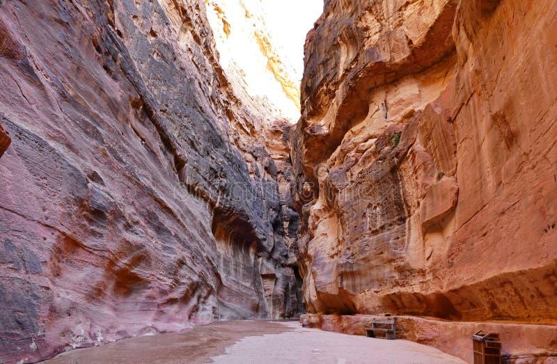 Antyczny Chodzącej ścieżki ` Siq ` w Przegranym mieście Petra, Jordania obraz royalty free