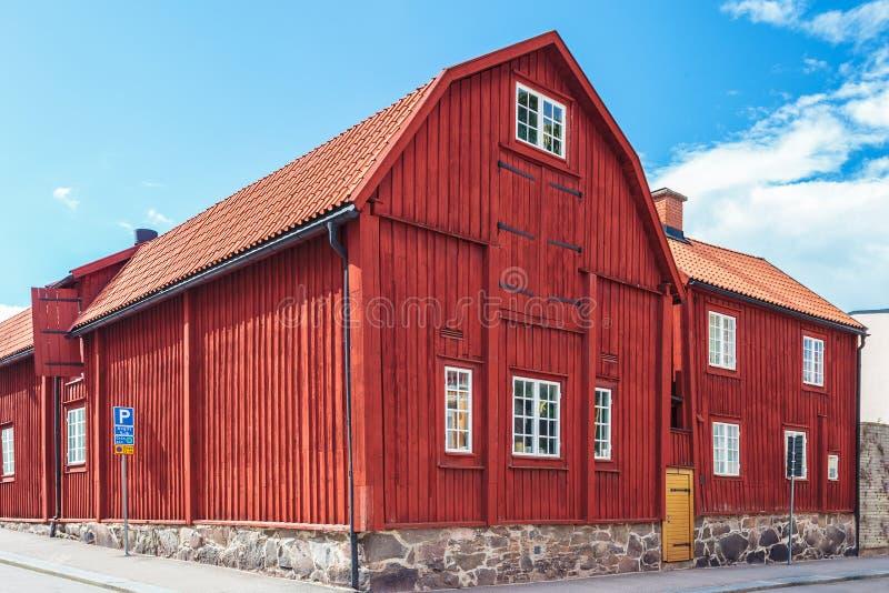 Antyczny czerwony drewniany dom w Karlskrona, Szwecja fotografia royalty free