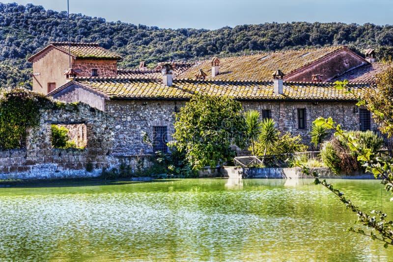 Antyczny dom wiejski na jeziorze zdjęcie stock