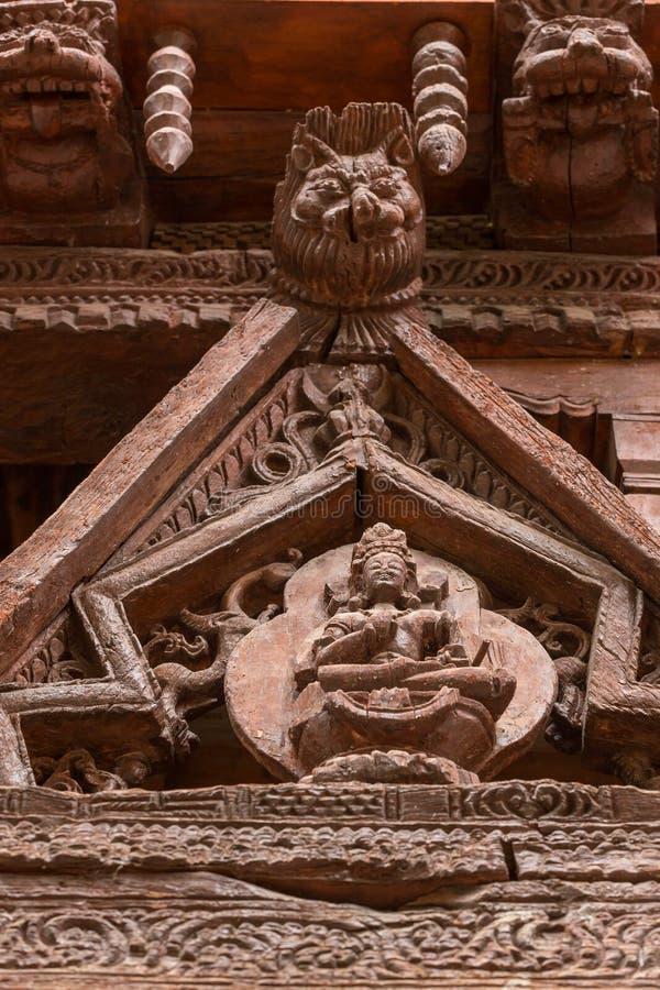Antyczny drewniany cyzelowanie na wejściu Alchi monaster w Ladakh, India obrazy royalty free