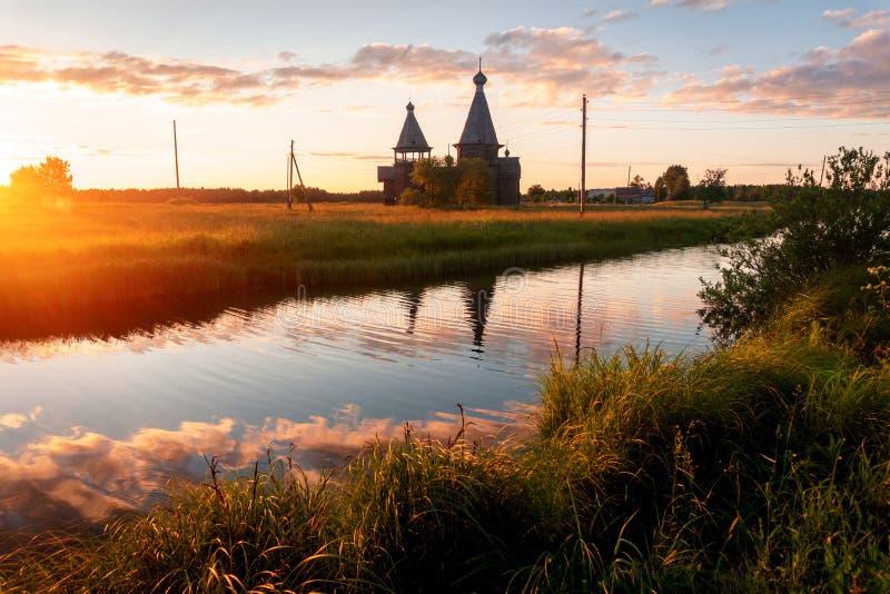 Antyczny drewniany kościół w Saunino wiosce blisko Kargopol przy wschodem słońca, Rosja obrazy royalty free