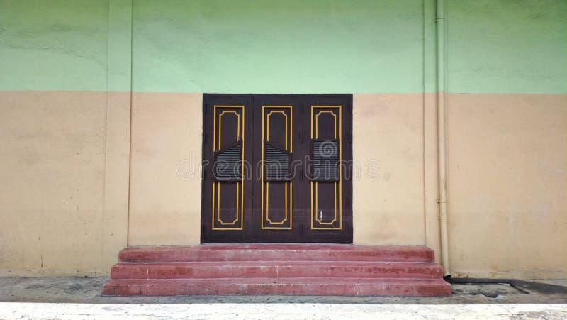 Download Antyczny Drzwi Przy Lokalnym Kinem Zdjęcie Stock - Obraz złożonej z drzwi, miastowy: 57656152