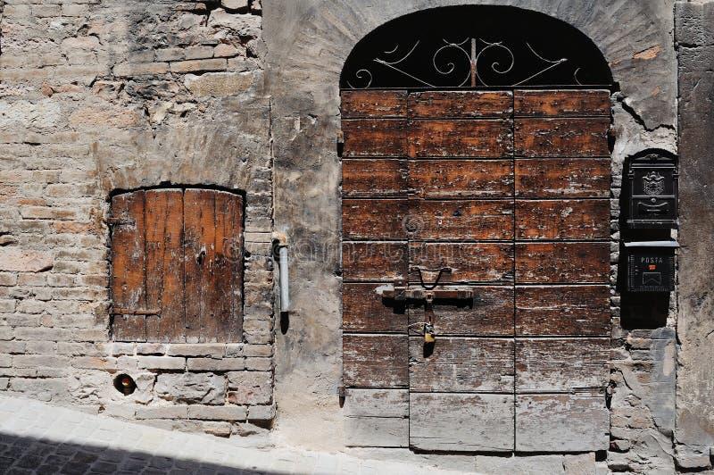 Antyczny drzwi w starym miasteczku Spello Umbria fotografia royalty free