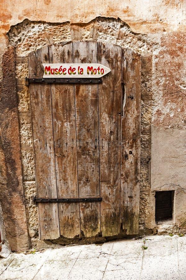 Antyczny drzwi w wiosce Entrevaux Francja fotografia stock
