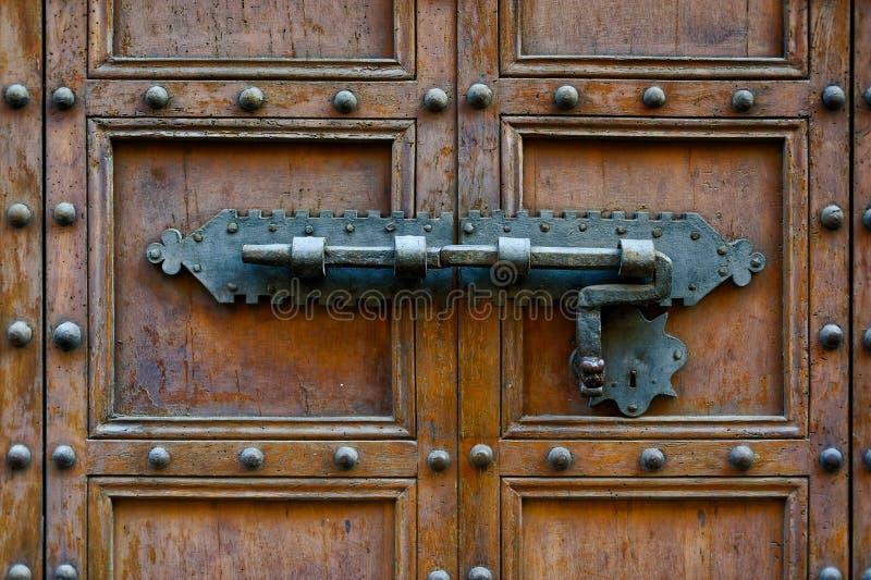 Antyczny drzwi z fałszującym metalu kędziorkiem zdjęcie stock