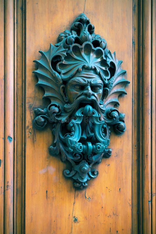 Antyczny drzwiowy knocker na drewnianym drzwi w Florencja obrazy royalty free
